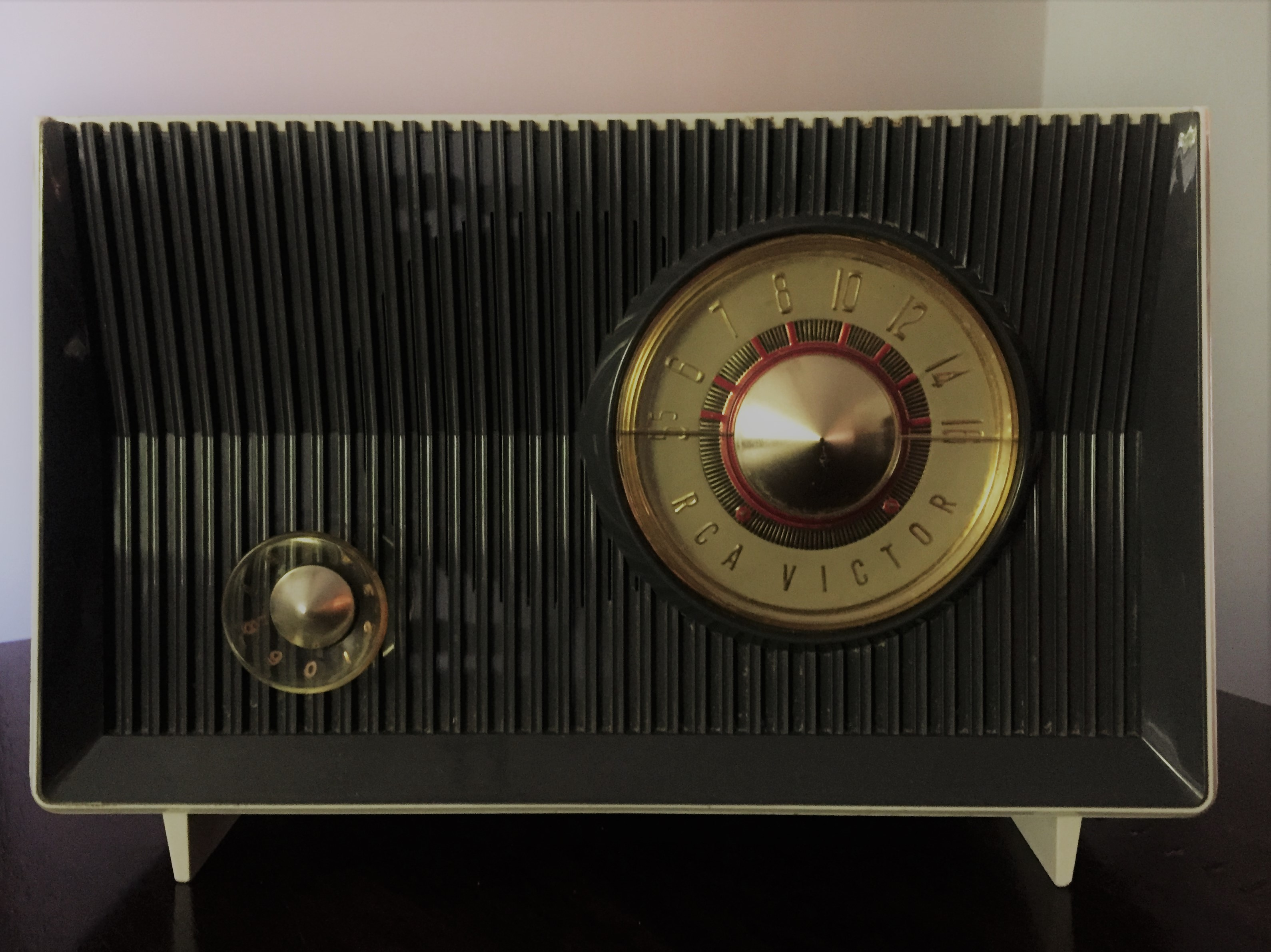 Space Age Cool.  This RCA Victor AM radio, model X-2JE, was manufactured in 1959.  (Photo by J. Schafer)