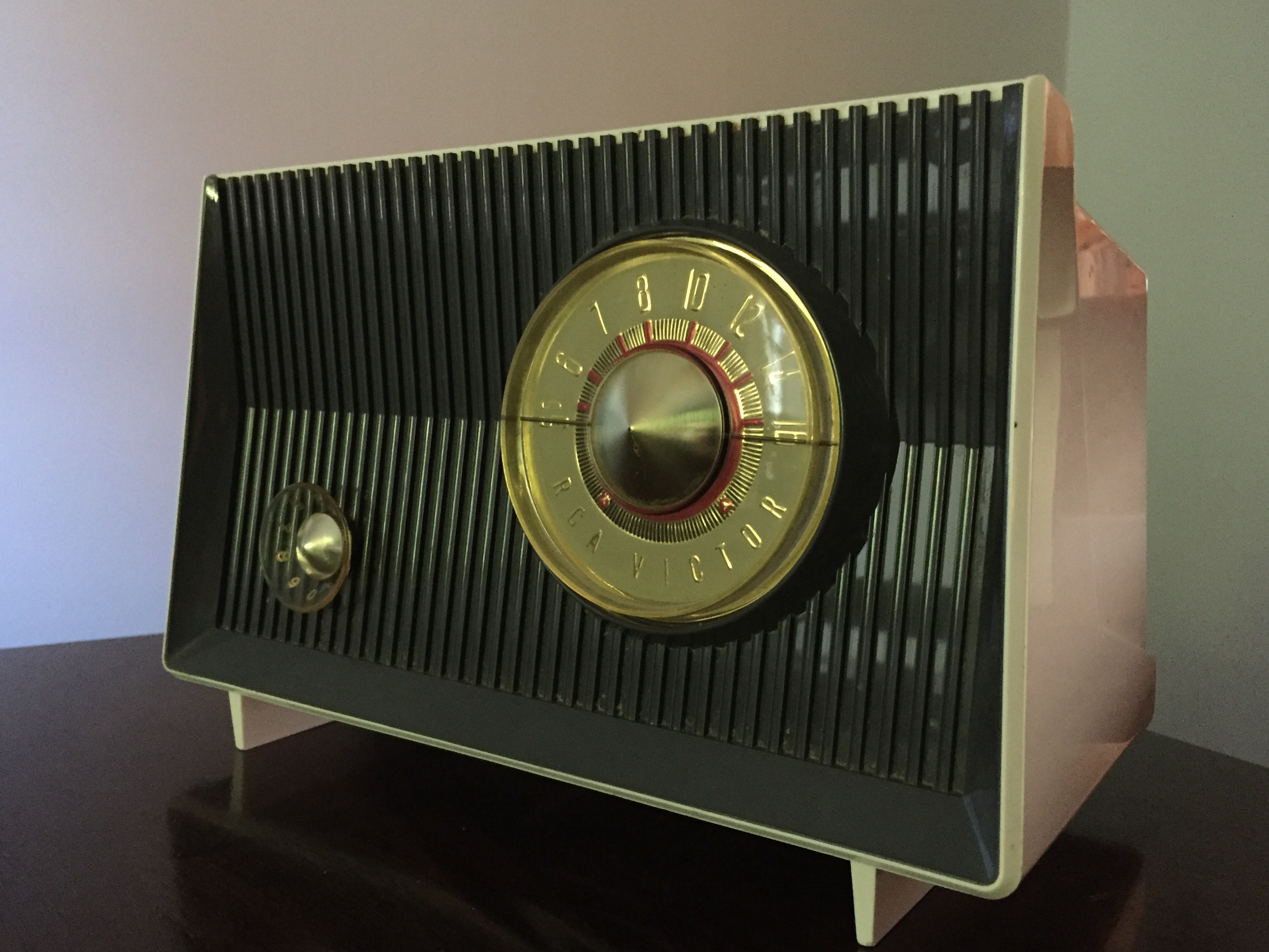 Space Age Cool.  This RCA Victor AM radio, model X-2JE, was produced in 1959.  (Photo by J. Schafer)